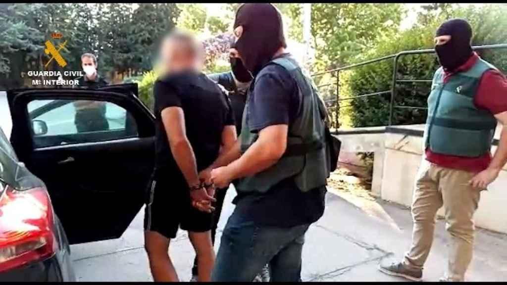 Antonio Tejón, acompañado por agentes encapuchados de la Guardia Civil, este viernes.