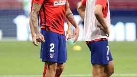 José María Giménez y Joao Felix, durante el calentamiento del Atlético de Madrid frente al Mallorca