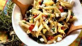 Ensalada de pasta con verduras y queso de cabra.