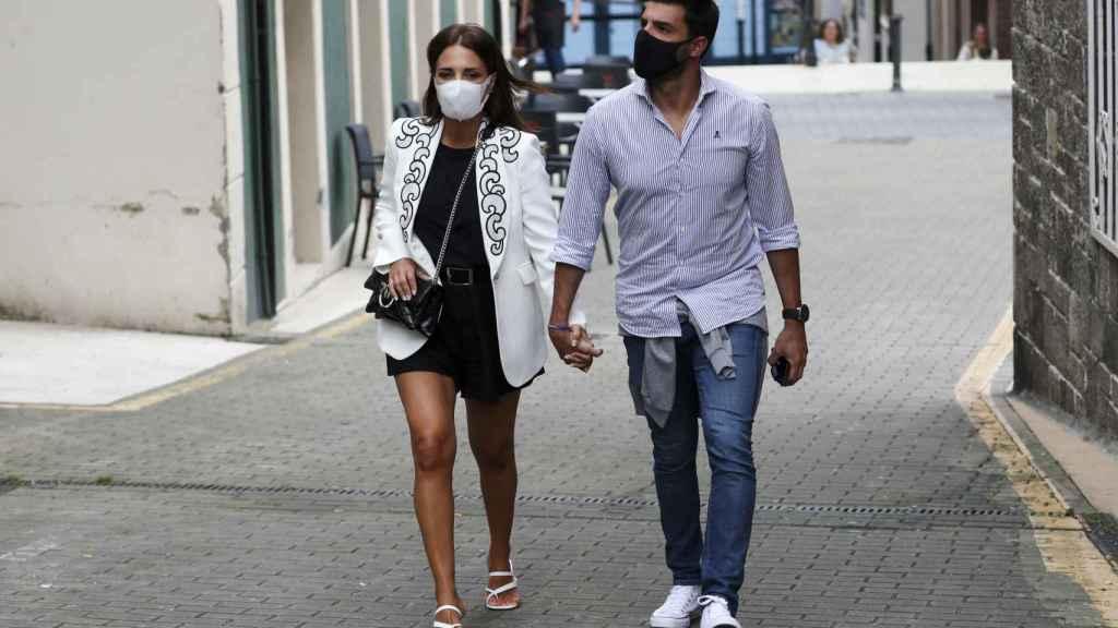 Paula Echevarría y Miguel Torres durante su paseo por Candás (Asturias).
