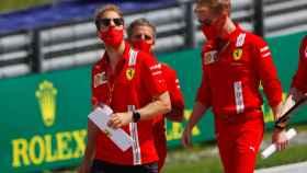 Sebastian Vettel reconociendo el Red Bull Ring de Spielberg, Austria