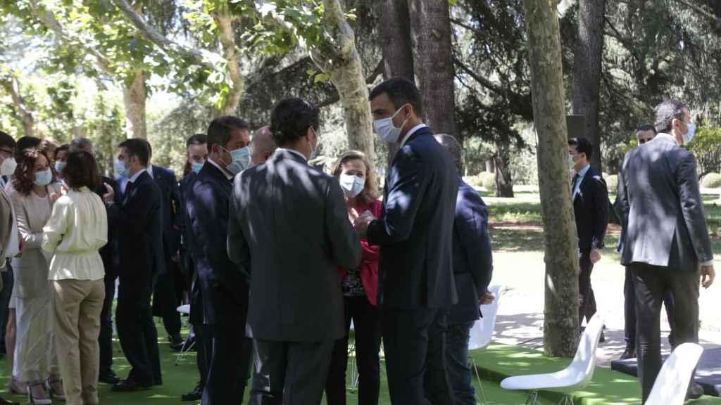 Nadia Calviño departe con los firmantes del Pacto por la Reactivación Económica y el Empleo en los jardines de Moncloa.