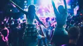 Jóvenes en un festival de música.