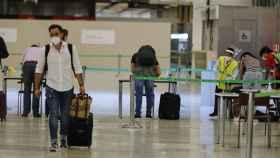Un viajero llega al aeropuerto de Barajas.