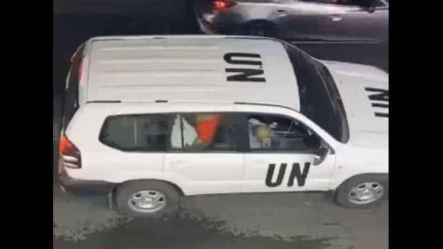 Un hombre y una mujer mantienen relaciones sexuales en un vehículo de la ONU en Tel Aviv.