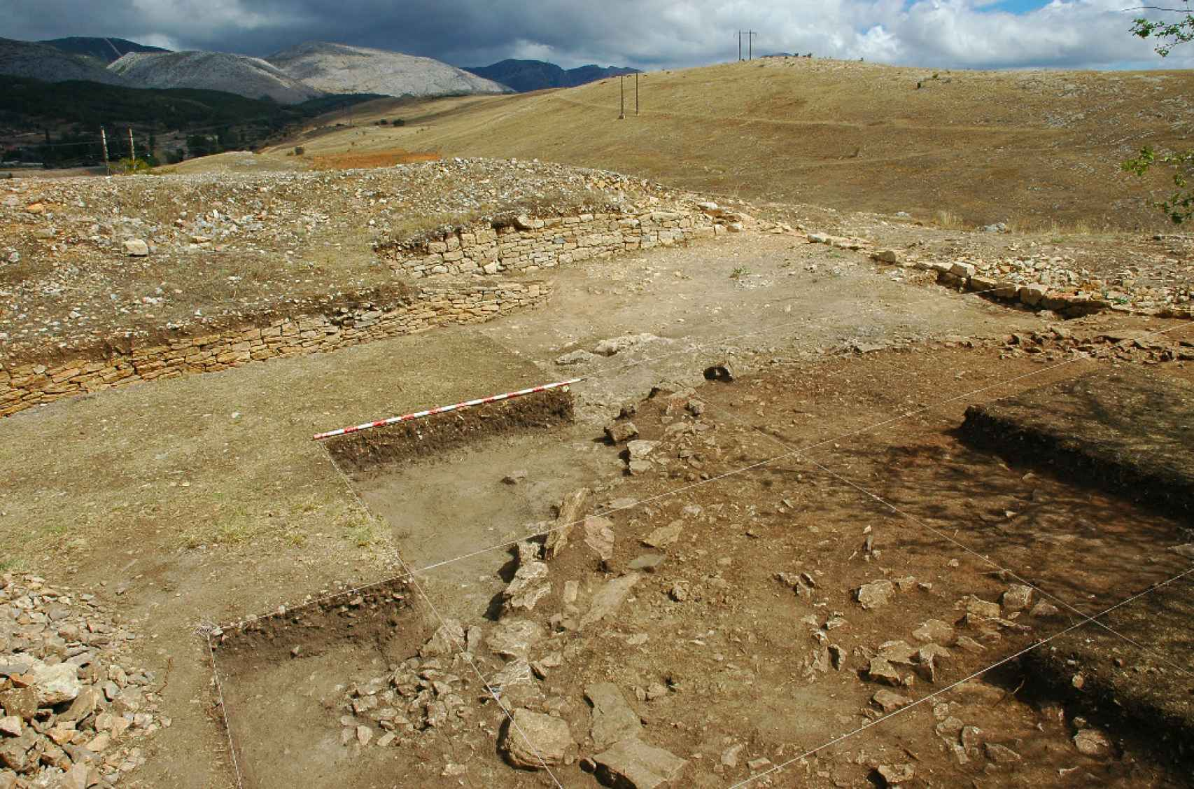 Excavación del oppidum cantábrico de La Loma y campo de asedio romano al fondo.