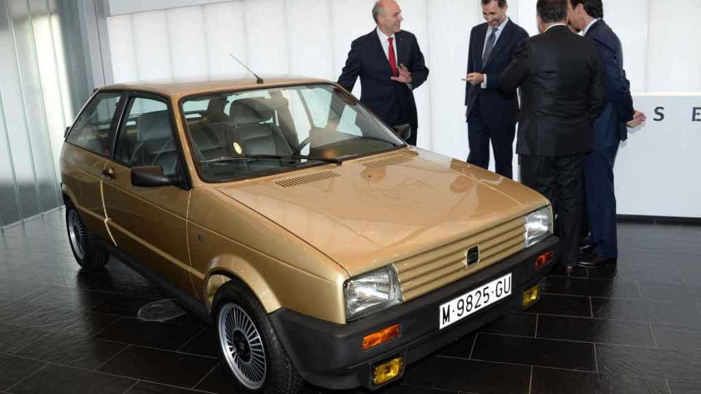 Momento en que el rey Felipe vuelve a ver su primer coche, años después.