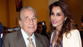 Paloma Cuevas junto a su padre Victoriano Valencia en imagen de archivo.
