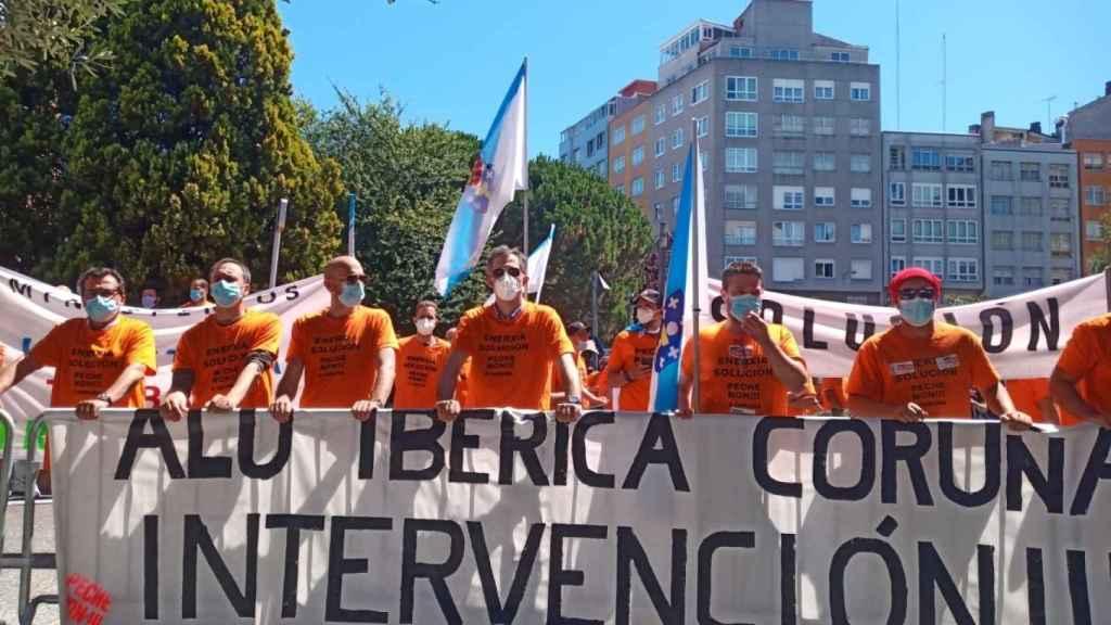 Los trabajadores de Alu Ibérica protagonizan una protesta coincidiendo con un mitin del presidente del Gobierno .