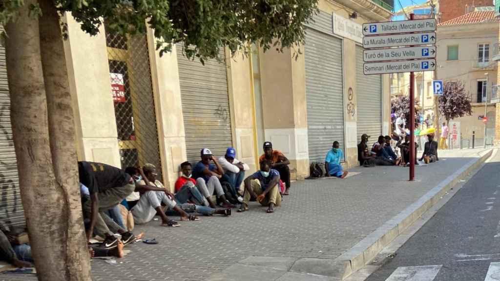 Temporeros hacinados en las calles de Lérida a pesar de los rebrotes.