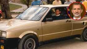 El Rey Felipe, cuando era Príncipe, estrenando su primer coche: un Seat Ibiza.