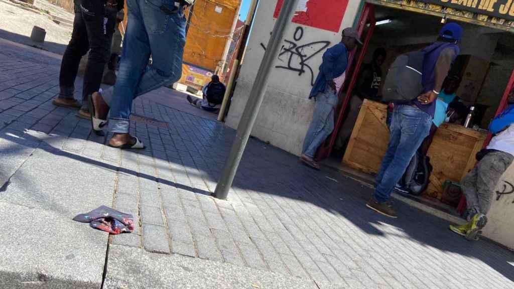 Temporeros acceden a un local abierto al público en Lérida.