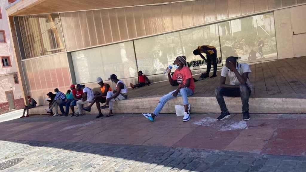 Temporeros descansando en las calles de Lérida.