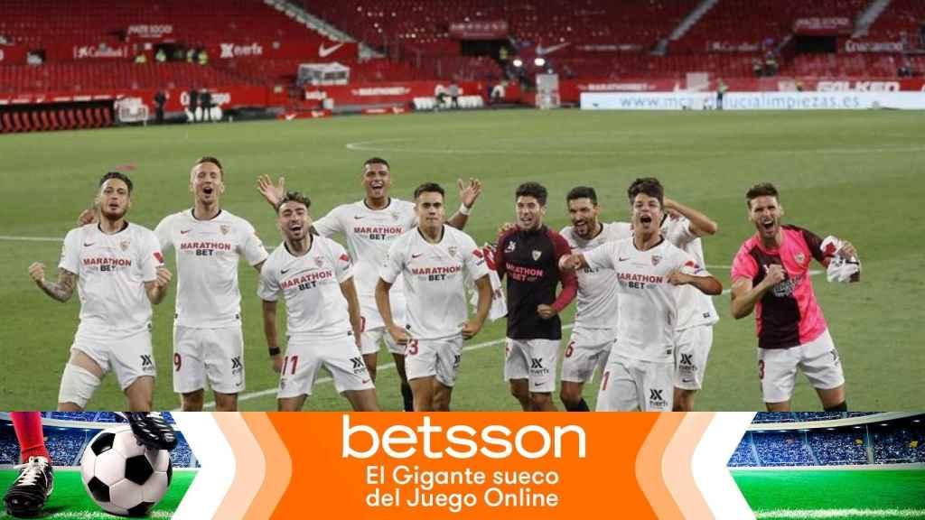 Los jugadores del Sevilla celebran una  victoria