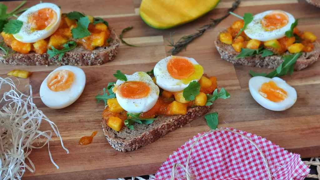 Tosta de chutney de mango y zanahoria con huevo