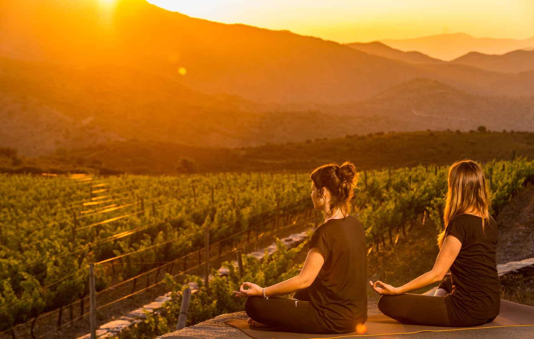 Meditación frente a los viñedos, en Cadaqués.