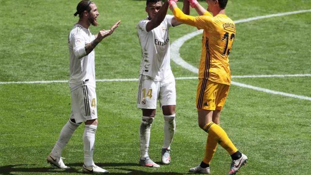 Sergio Ramos celebra con Courtois y Casemiro la victoria del Real Madrid en San Mamés