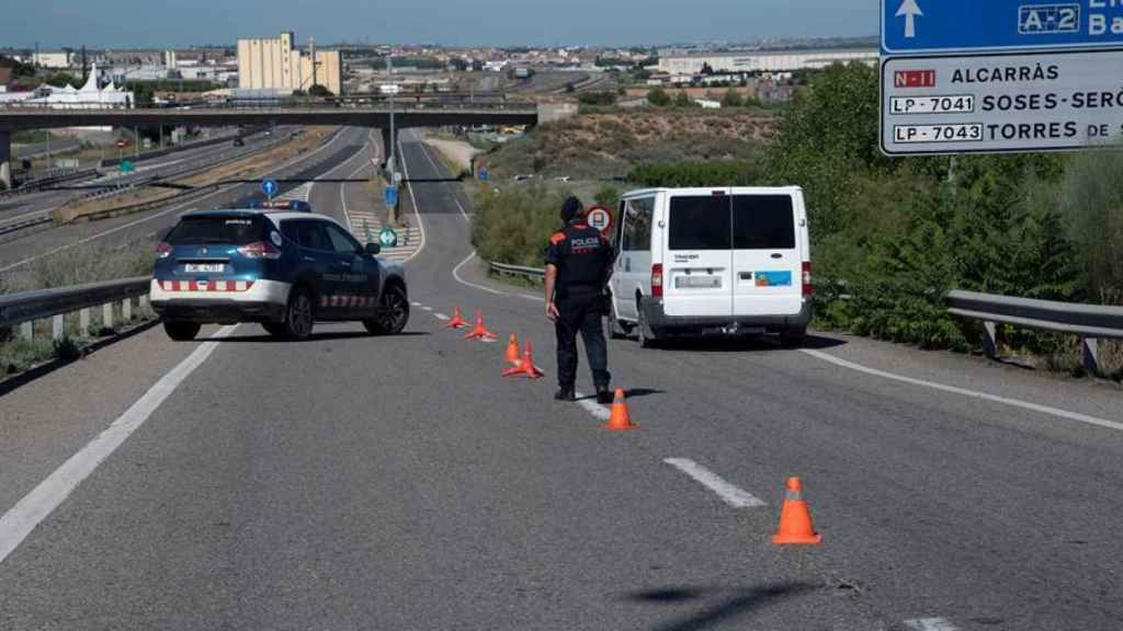 Un Mosso d'Esquadra realiza un control de carreteras en la comarca del Segriá.