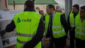El ministro de Fomento José Luis Ábalos visita las obras de la futura estación intermodal T2 del Aeropuerto de El Prat.