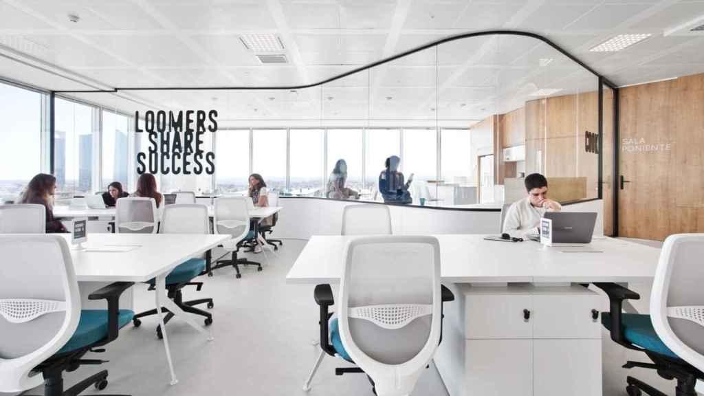 Espacio de 'coworking' de Loom, filial de Merlin Properties, en Torre Chamartín de Madrid.