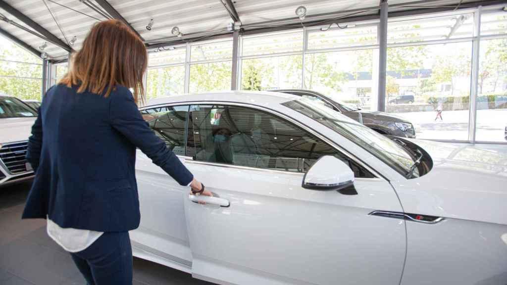 Un usuario entrando en un coche.