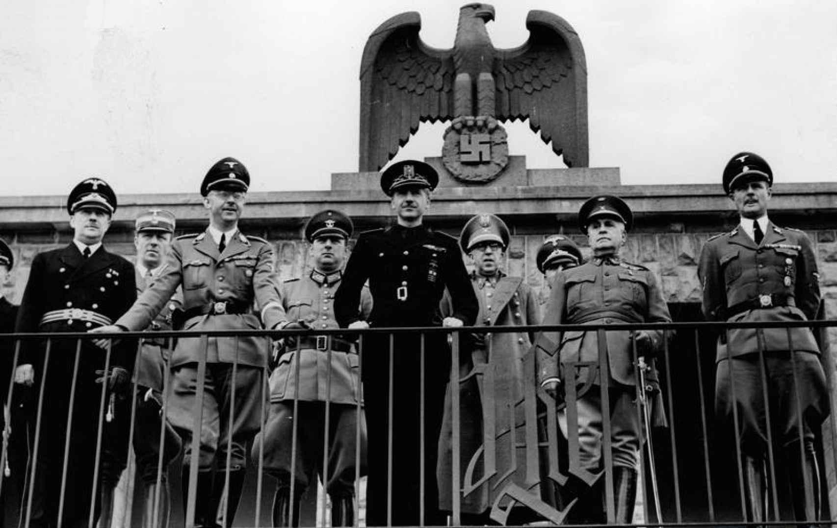 Serrano Suñer y Himmler, junto a otros oficiales en la sede de la división 'Adolf Hitler' (1940).