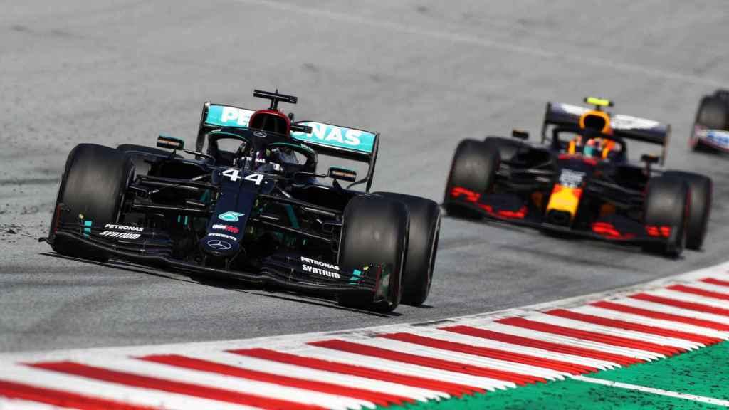 Lewis Hamilton delante de Alexander Albon en el Gran Premio de Austria
