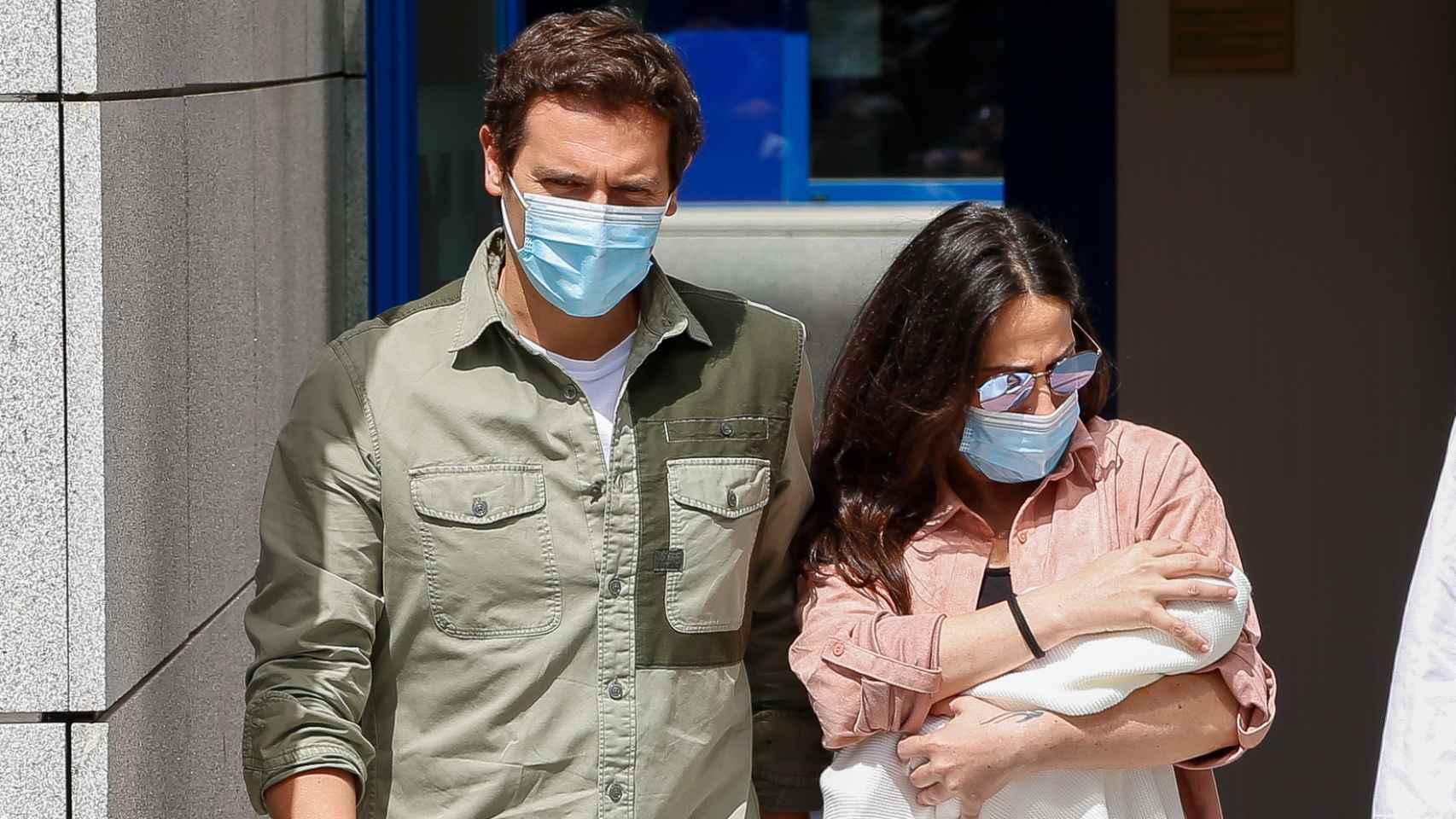 Albert Rivera y Malú a la salida del hospital junto con su hija Lucía.