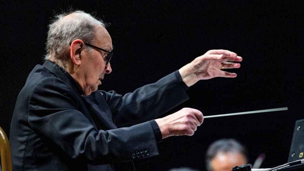 Ennio Morricone, dirigiendo durante una actuación