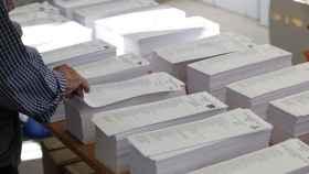 Un hombre vota en unas elecciones en Galicia. Efe.