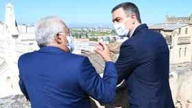 António Costa y Pedro Sánchez conversan entre sí durante la ceremonia de apertura de fronteras tras el coronavirus.