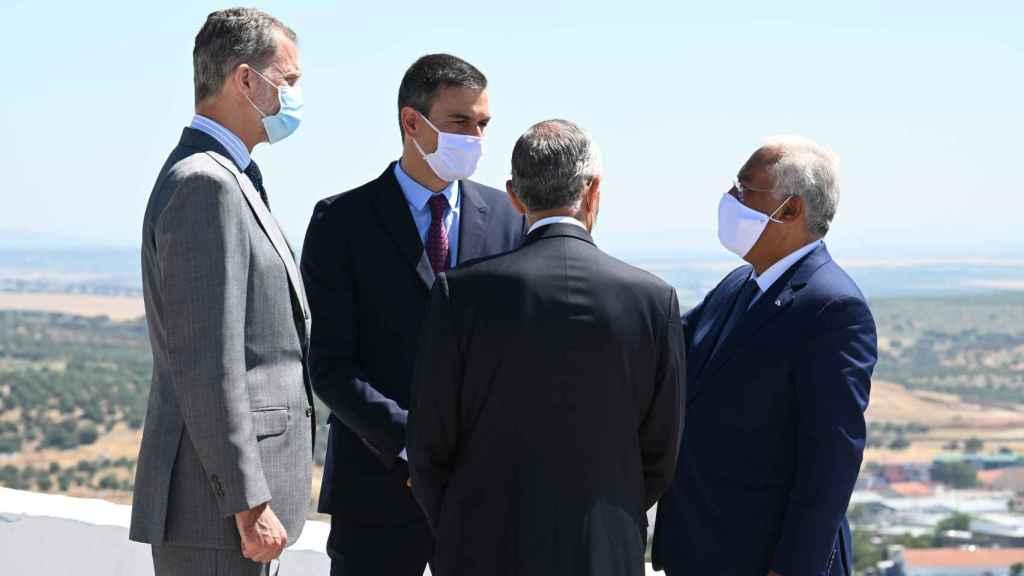 El Rey Felipe VI y Pedro Sánchez conversan con António Costa y Marcelo Rebelo de Sousa, primer ministro y presidente de la República portuguesa.