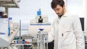 Un técnico del laboratorio de Aimplas.