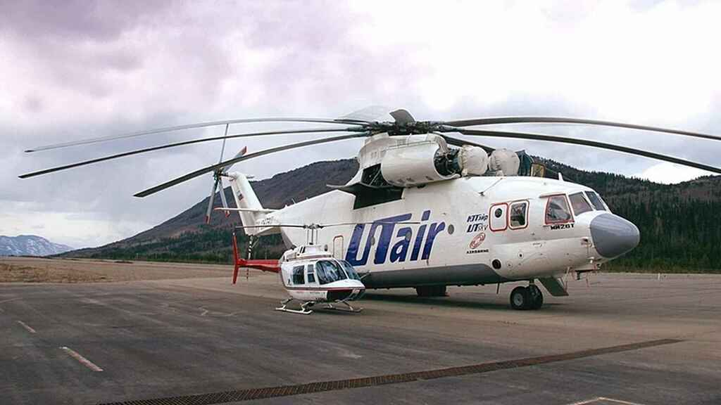 Mil Mi-26 junto con un Bell Ranger 206
