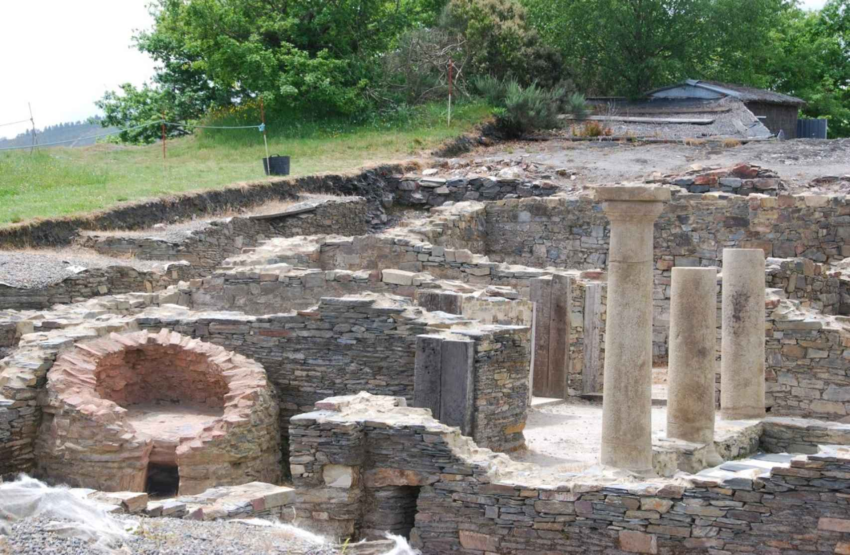 Columnas romanas y otras estructuras del castro de Chao Samartín.