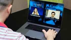 Un accionista asiste al encuentro corporativo virtual de CaixaBank.