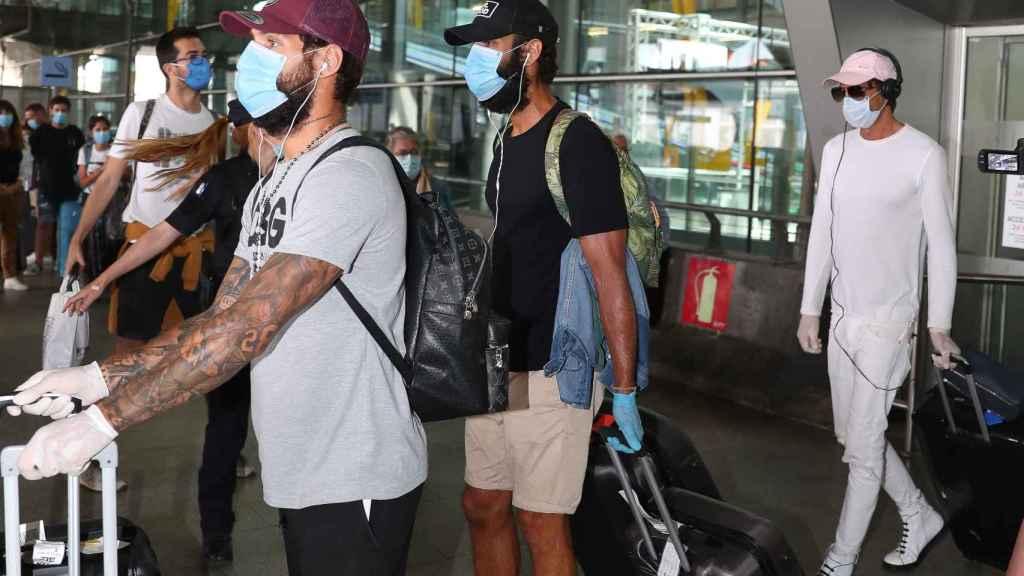 Jorge Pérez junto a Barranco en el aeropuerto de Madrid a su llegada de Honduras.