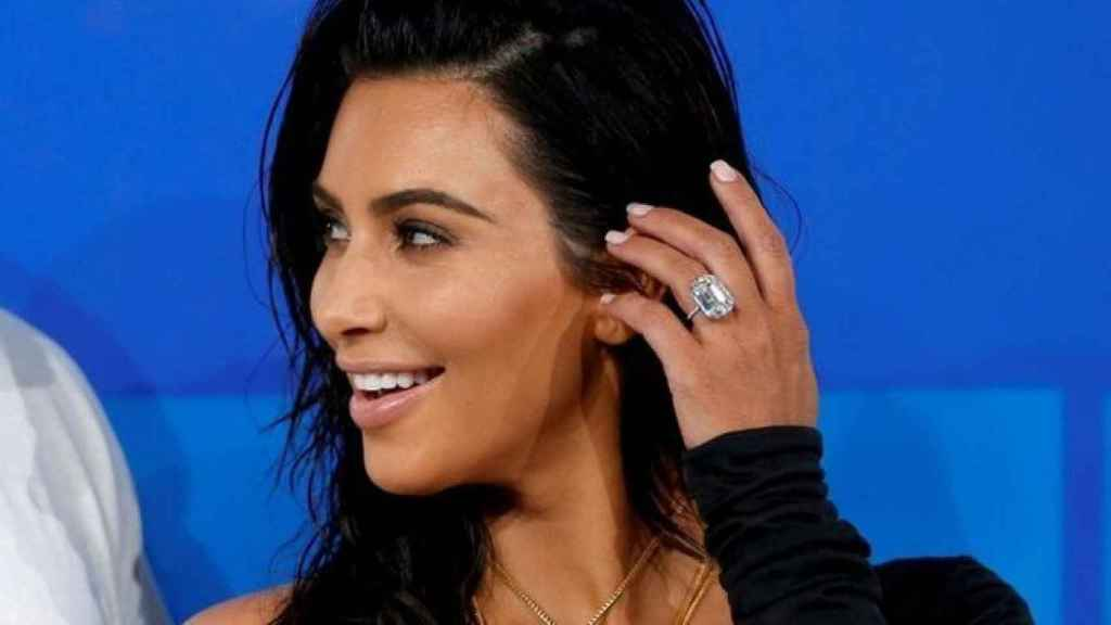Kim Kardashian posando con su anillo de compromiso.