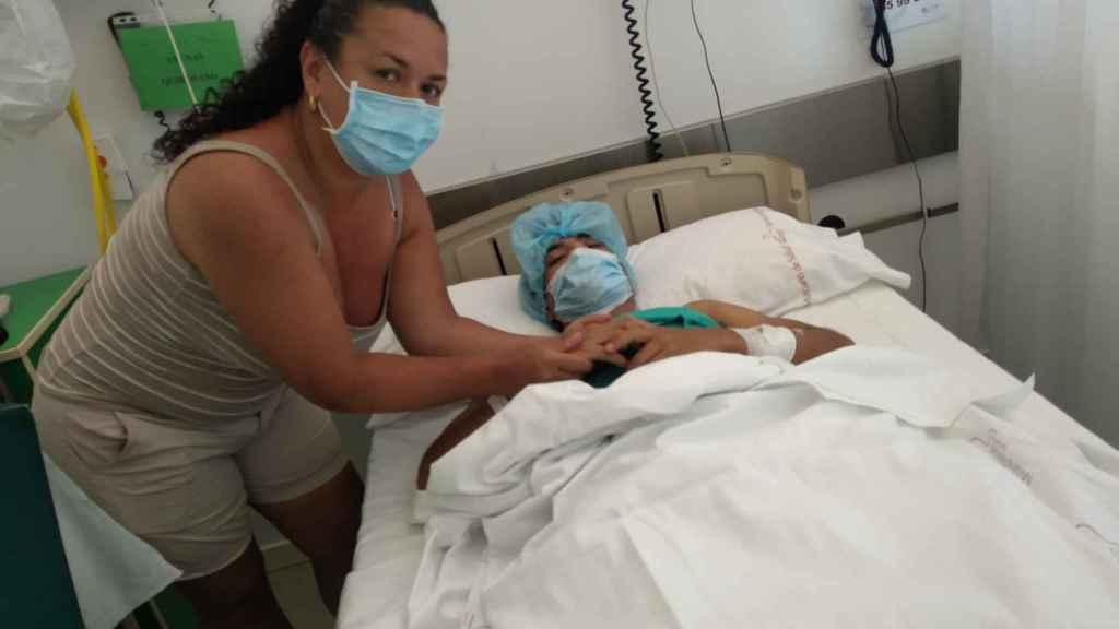 Juan David, junto a su madre en el hospital de Murcia.