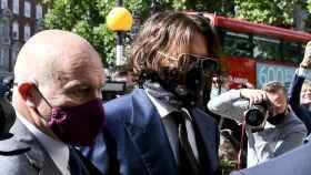 Johnny Depp a las puertas de los juzgados.