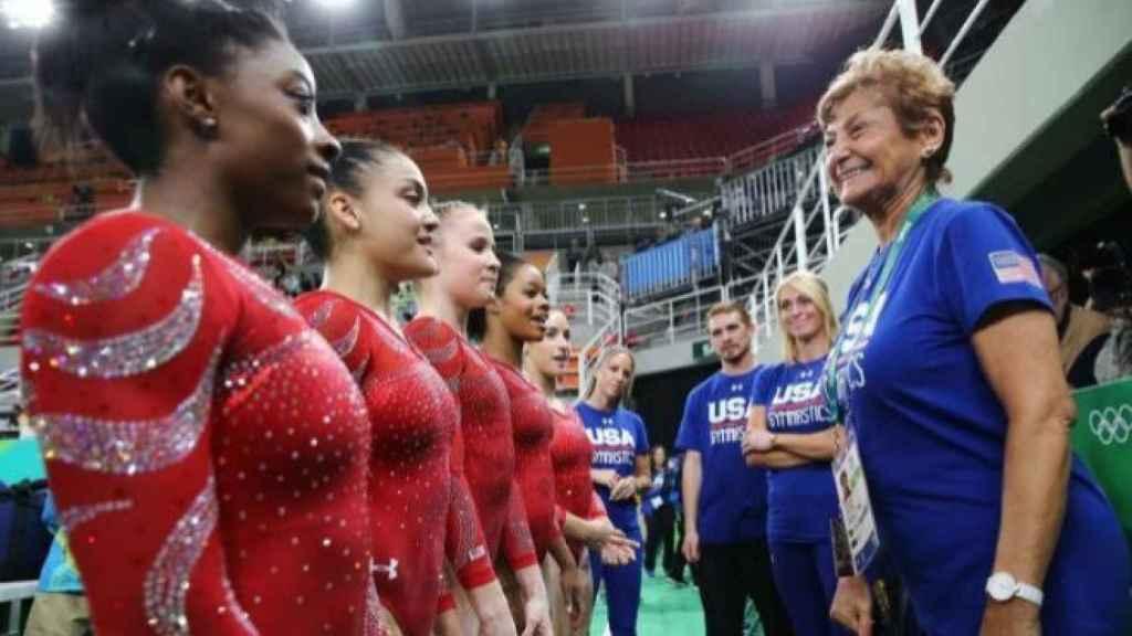 Martha Károlyi, con Simone Biles y el resto del equipo de gimnasia de Estados  Unidos