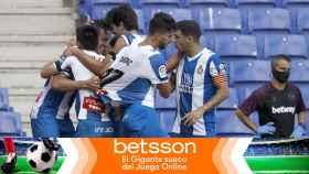 Piña de los jugadores del Espanyol para celebrar un gol en La Liga