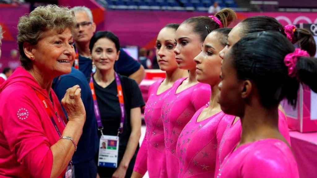 Martha Károlyi, junto a Simone Biles y el resto de la selección de Estados Unidos de gimnasia artística