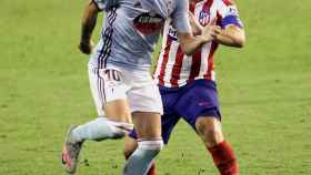 Iago Aspas ante Koke Resurrección, en el Celta de Vigo - Atlético de Madrid de la jornada 35 de La Liga
