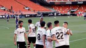 Piña de los jugadores del Valencia para celebrar el gol de Maxi Gómez ante el Valladolid