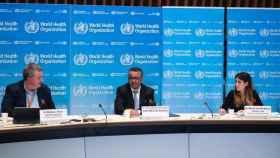 El director general de la Organización Mundial de la Salud, Tedros Adhanom Ghebreyesus, en el centro