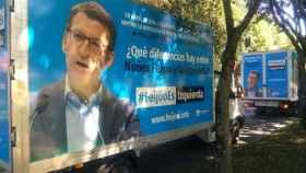 Un camión de Hazteoir con la inscripción Feijóo impone la ideología de género, ante la Xunta de Galicia