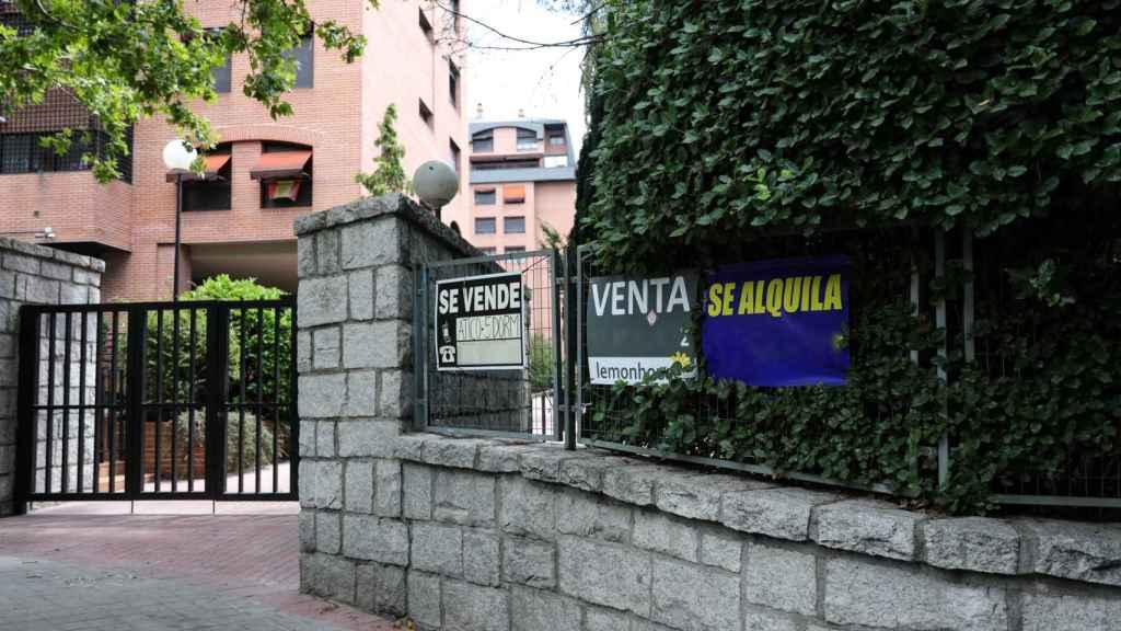 Imagen de archivo de una urbanización con carteles de venta y alquiler.