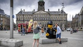 Turismo sin mascarilla en la Plaza Dam de Amsterdam. EFE/EPA/ROBIN VAN LONKHUIJSEN