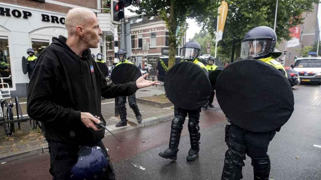 Manifestantes y policías sin mascarilla en Utrecht en una protestas contra las medidas contra el COVID-19.